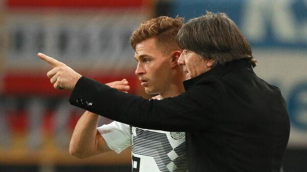 Йозуа Киммих и главный тренер сборной Германии Йоахим Лёв (справа)