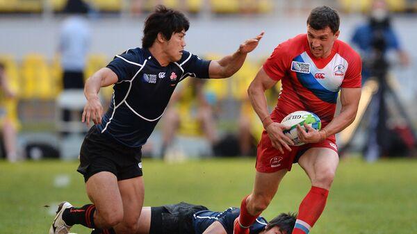 Игрок сборной Японии Шохей Тойошима (слева) и игрок сборной России Василий Артемьев