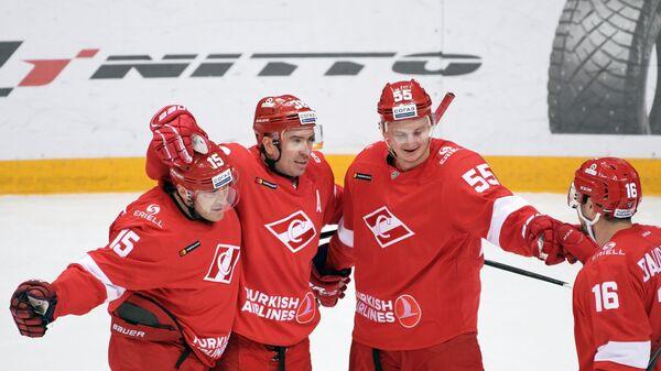 Хоккеисты Спартака Мартиньш Карсумс, Илья Зубов, Владислав Провольнев, Каспарс Даугавиньш (слева направо)