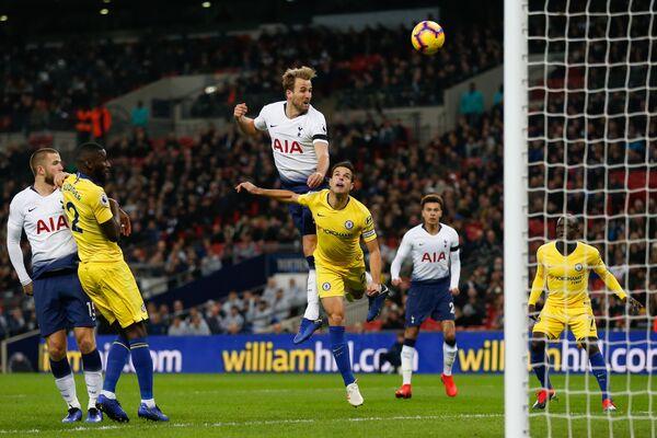 Форвард Тоттенхэма Харри Кейн забивает мяч в ворота Челси