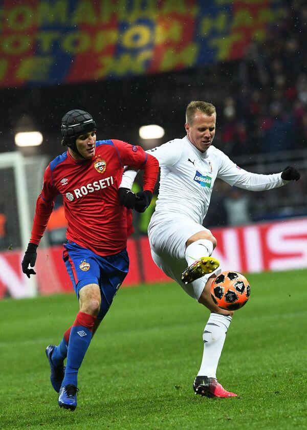 Защитник ПФК ЦСКА Марио Фернандес (слева)