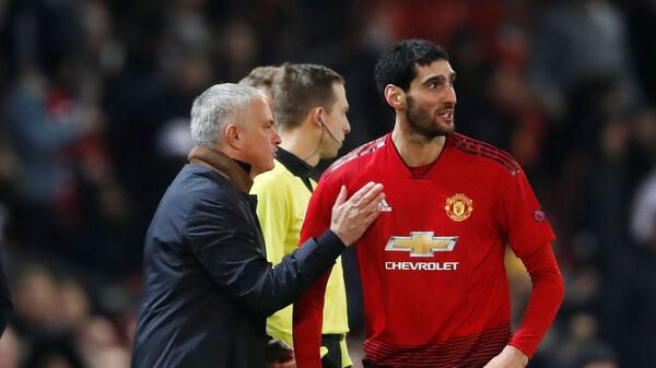 Главный тренер Манчестер Юнайтед Жозе Моуринью и полузащитник Маруан Феллайни (справа)