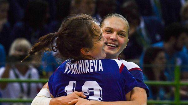 Гандболистки сборной России Анна Вяхирева (на первом плане) и Дарья Дмитриева