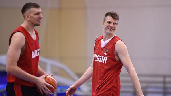 Игроки сборной России по баскетболу Андрей Воронцевич (справа) и Артем Клименко