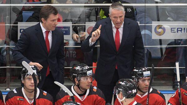 Главный тренер Авангарда Боб Хартли (справа на дальнем плане)