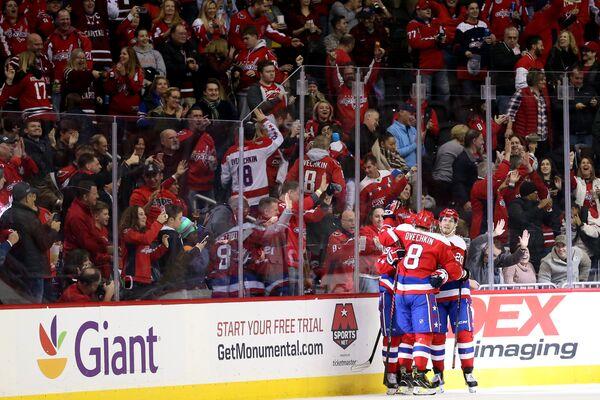 Хоккеисты Вашингтон Кэпиталз радуются заброшенной шайбе в матче НХЛ