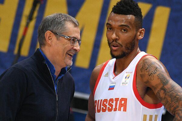 Главный тренер сборной России по баскетболу Сергей Базаревич (слева) и игрок сборной России Джоэл Боломбой