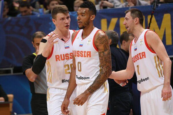 Баскетболисты сборной России Андрей Воронцевич, Джоэл Боломбой, Виталий Фридзон (слева направо)