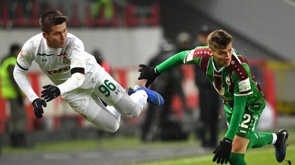 Хавбек Локомотива Рифат Жемалетдинов (слева) и защитник Рубина Игорь Калинин