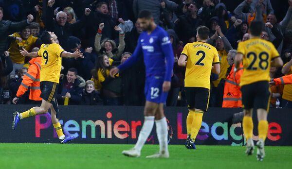 Футболисты Вулверхэмптона радуются забитому мячу в ворота Челси