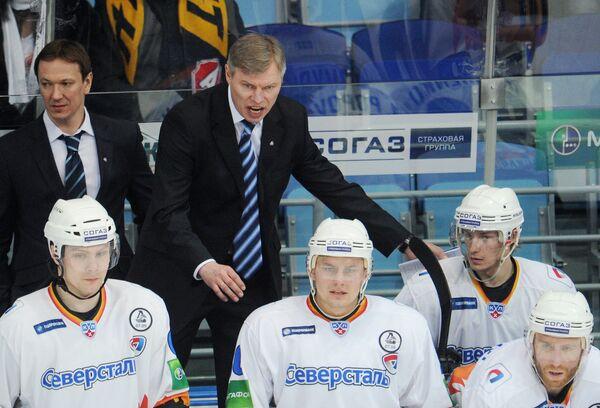 Александр Смирнов (второй слева на втором плане)