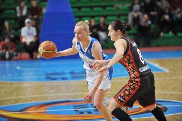 Ника Барич (справа)