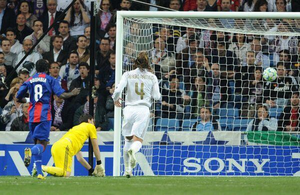 Гол в воротах голкипера Реала Икера Касильяса