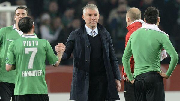 Футболисты Ганновера и главный тренер Мирко Сломка
