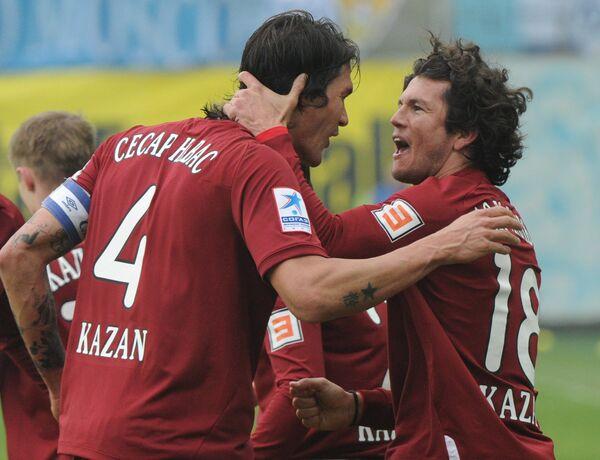 Игроки Рубина Сесар Навас и Нельсон Вальдес радуются забитому мячу в ворота соперника