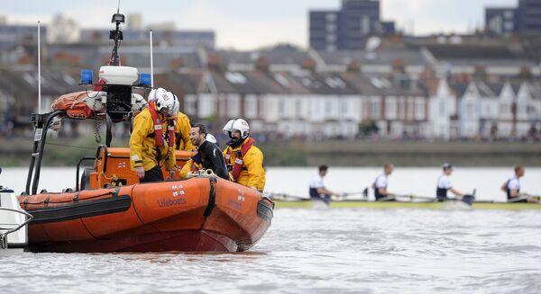 Спасатели и пловец