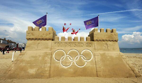 Школьники помогают строить замок из песка в английском Уэймуте