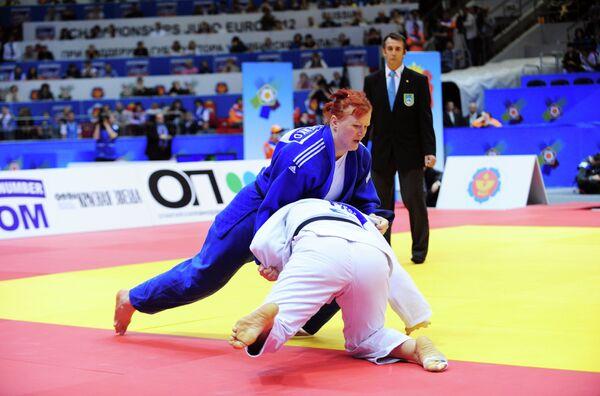 Елена Иващенко (вверху)