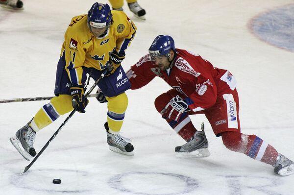 Защитник сборной Чехии Зденек Кутлак (справа) против форварда шведов Даниэля Видинга в матче Евротура