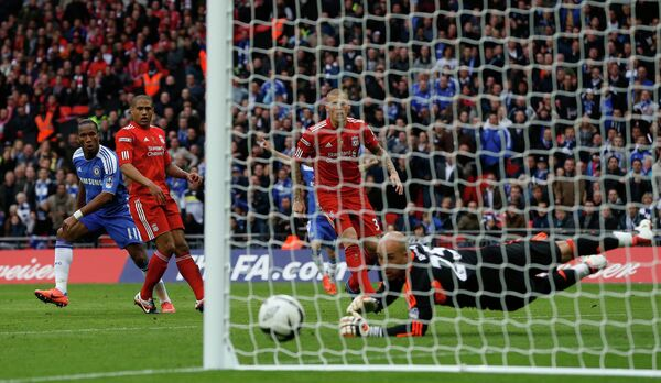 Дидье Дрогба  наносит удар по воротам Ливерпуля