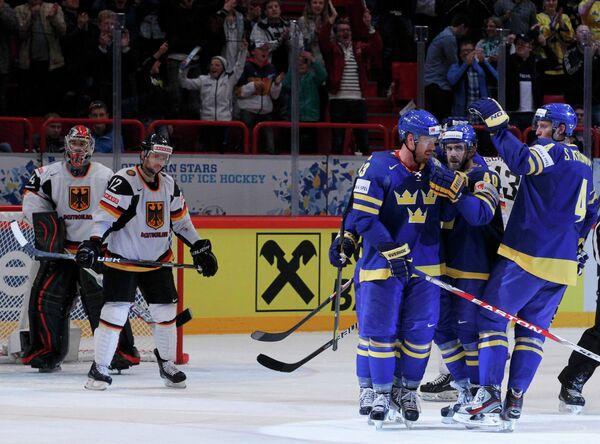 Хоккеисты сборной Швеции (справа)