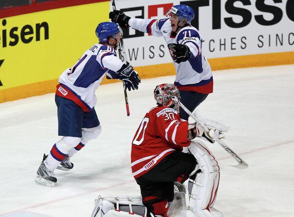 Хоккеисты сборной Словакии (на втором плане)