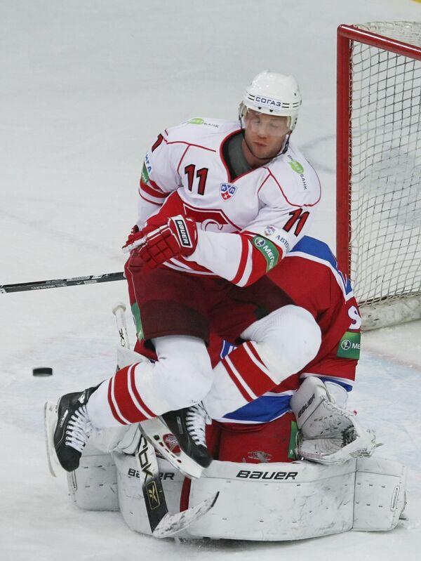 Нападающий Спартака Эдуард Левандовский (вверху) и вратарь ЦСКА Константин Барулин (внизу