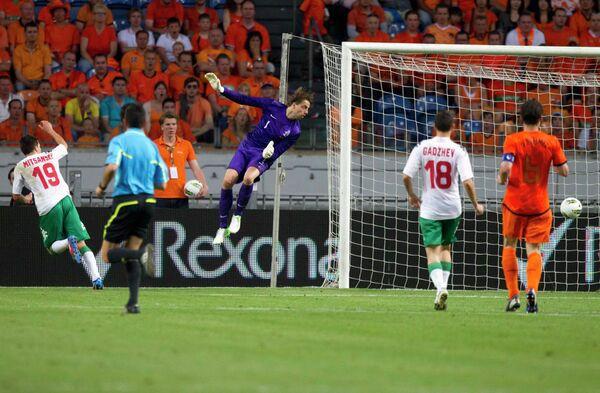 Игровой момент матча Голландия - Болгария