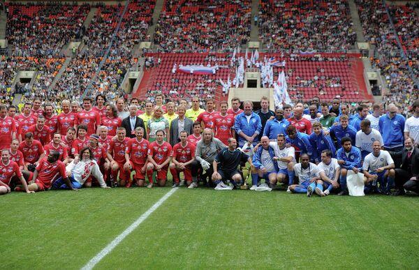 Участники товарищеского футбольного матча в рамках благотворительной акции Под флагом Добра!