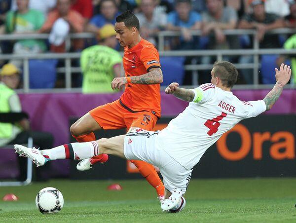 Игровой момент матча сборных Нидерландов и Дании