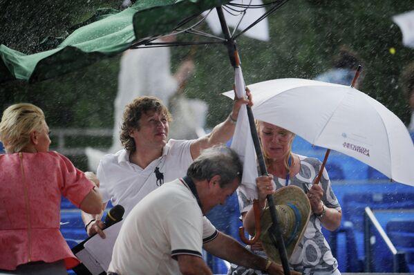 Дождь во время матча Легенды Тенниса - 2012