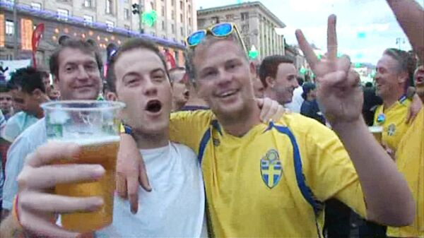 Фанаты из Англии и Швеции поделили Крещатик пополам. Кадры из Киева