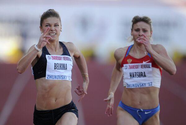 Россиянка Ольга Белкина (слева)
