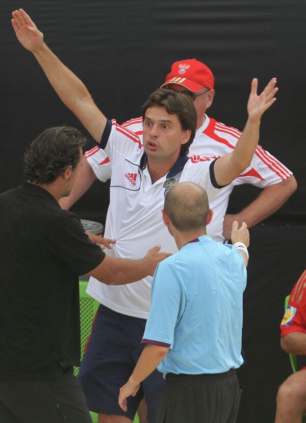Михаил Лихачев (в центре)