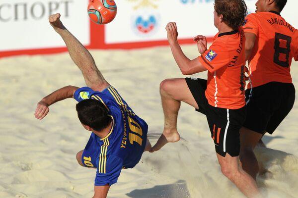 Игровой момент матча между сборными Украины и Голландии