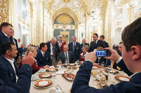 Владимир Путин (в центре на втором плане)