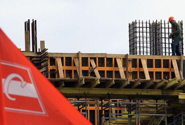 Рабочий на строительной площадке стадиона Спартак