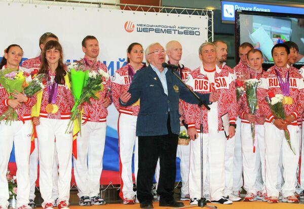 Владимир Лукин (в центре) во время встречи российских паралимпийцев