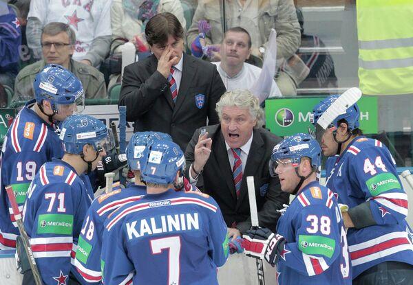Милош Ржига (в центре) дает указания игрокам СКА