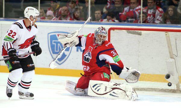 Игрок ХК Авангард Матти Купаринен и вратарь ХК Локомотив Семён Варламов (слева направо)
