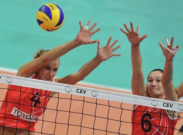 Игроки ЖВК Заречье-Одинцово Елена Константинова (слева) и Дарья Исаева