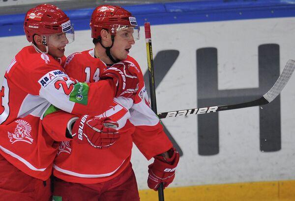 Игроки Спартака Михаил Мамкин (слева), Штефан Ружичка