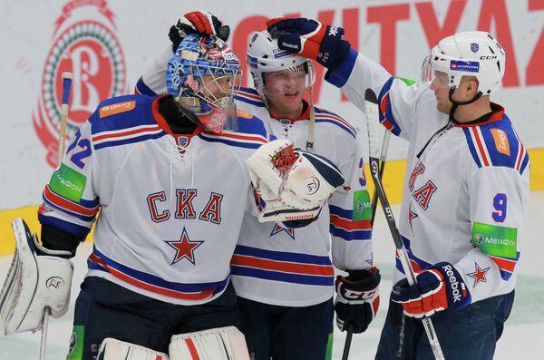 Вратарь СКА Сергей Бобровский, игроки СКА Кевин Даллмэн и Тони Мортенссон (слева направо)