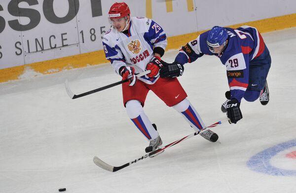 Игрок сборной России Павел Коледов (слева) и игрок сборной Словакии Матуш Матис