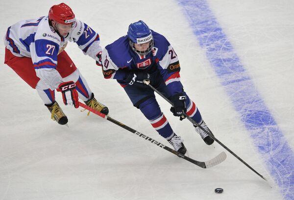 Игрок сборной России Кирилл Дьяков (слева) и игрок сборной Словакии Мартин Ревай