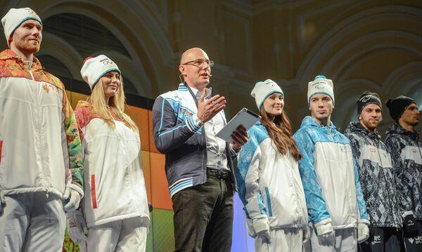 Дмитрий Чернышенко (в центре) и волонтеры