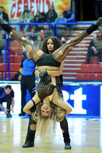 Участницы группы поддержки баскетбольного клуба Цедевита