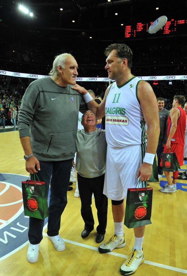Арвидас Сабонис (справа) и Владимир Ткаченко (слева)