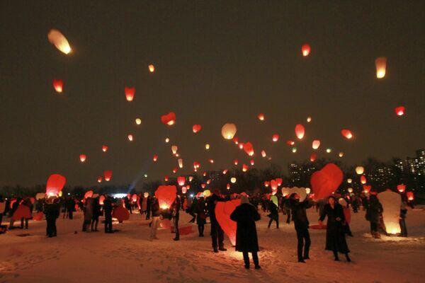Запуск небесных фонариков, посвященный Дню Святого Валентина в Новосибирске