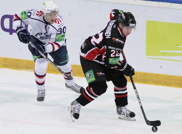 Игрок Сибири Александр Никулин (слева) и игрок Авангарда Матти Купаринен